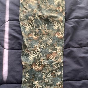 Slim fired trousers with floral print